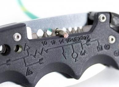 Снятие изоляции с проводов ножом Kilowatt SOG